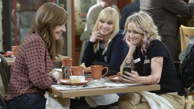 Jodi (Emily Osment, r.) schwärmt vor Christy (Anna Faris, M.) und Bonnie (All...
