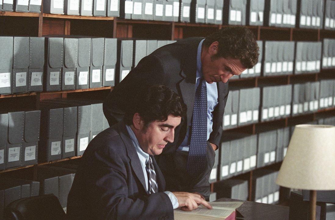 In der Library of Congress versuchen Dick Suskind (Alfred Molina, l.) und Clifford Irving (Richard Gere, r.) sämtliche Informationen über den lege...