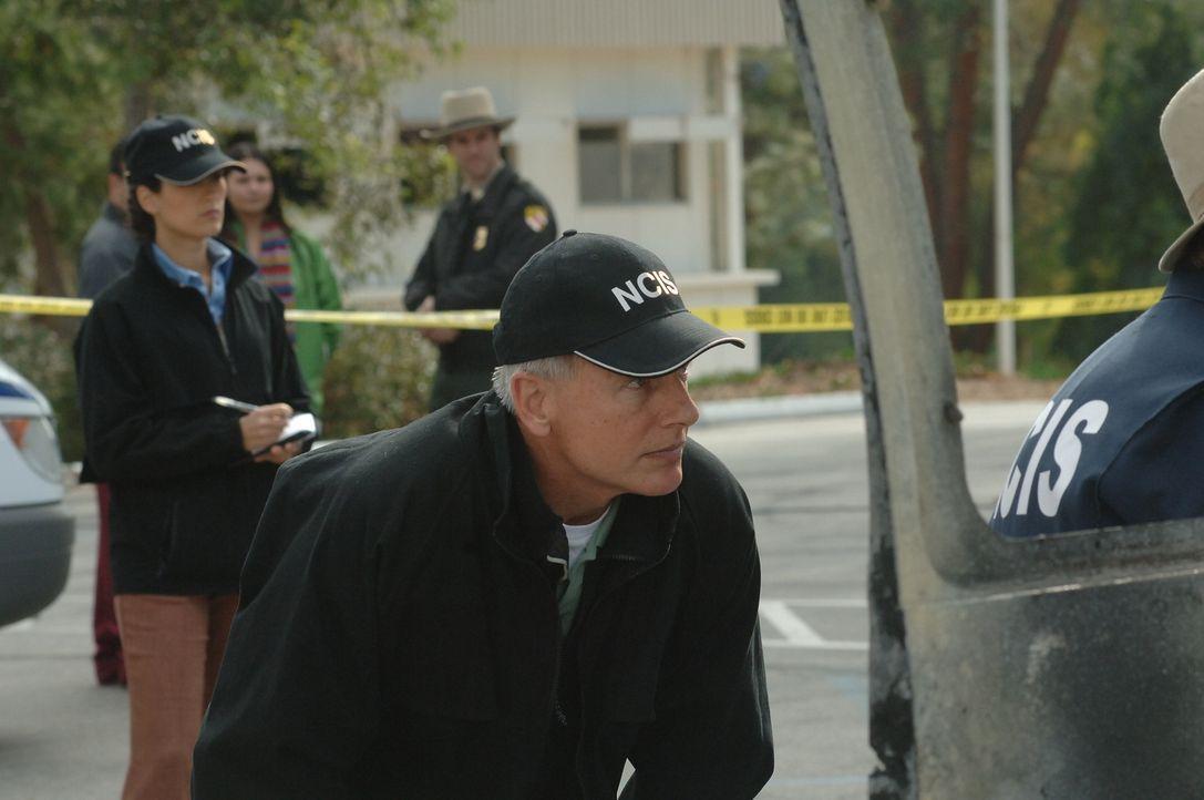 Gibbs (Mark Harmon, M.) und sein Team startet eine neue Untersuchung, als ein Krankenwagen, der den Leichnam eines Marines transportierte, in die Lu... - Bildquelle: CBS Television