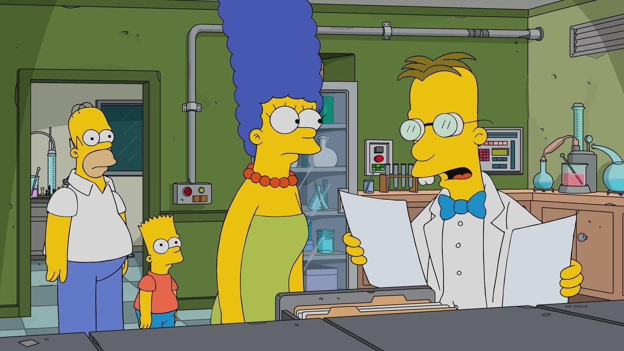 Professor Frink (r.) entwickelt einen neuartigen Test, der die Charakterzüge von Homer (l.), Bart (2.v.l.) und Marge (2.v.r.) genau skizziert ... - Bildquelle: 2017-2018 Fox and its related entities.  All rights reserved.