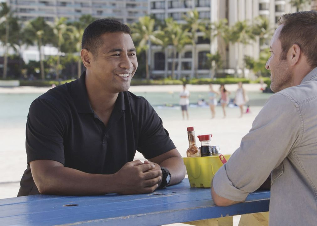 "Seinen Militärjargon kann sich Junior (Beulah Koale, l.) nur schwer abgewöhnen - er nennt McGarrett (Alex O'Loughlin, r.) immer noch ""Sir"". Eine Ein... - Bildquelle: 2017 CBS Broadcasting, Inc. All Rights Reserved"