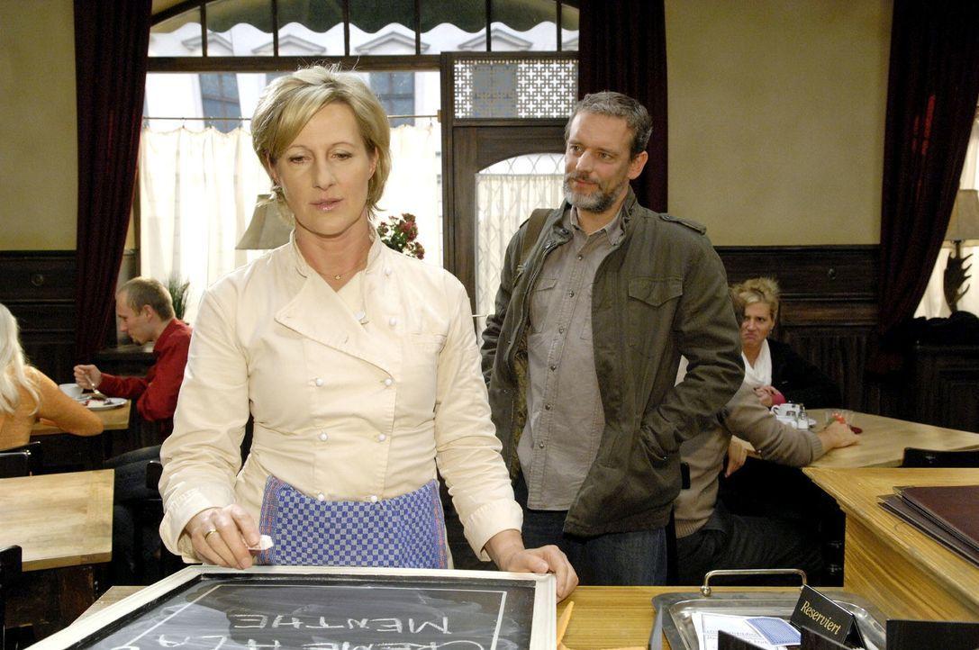 Ulrich (Wolfgang Wagner, r.) kommt in das Restaurant, um Susanne (Heike Jonca, l.) zu warnen ... - Bildquelle: Claudius Pflug Sat.1
