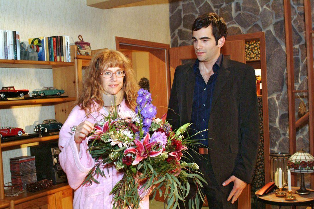 David (Mathis Künzler, r.) will seinen schlagkräftigen Ausrutscher wieder gutmachen und besucht Lisa (Alexandra Neldel, l.) zu Hause. (Dieses Foto... - Bildquelle: Sat.1