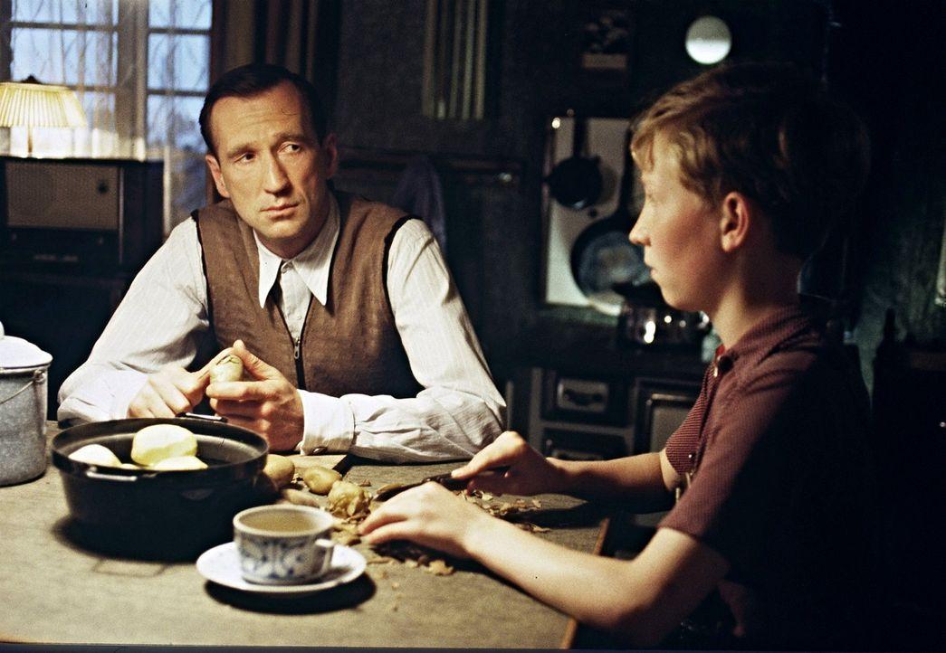 Nur zögernd überwindet Richard (Peter Lohmeyer, l.) seine Verschlossenheit und erzählt seinem Sohn Matthias (Louis Klamroth, r.) stockend von den sc... - Bildquelle: Senator Film