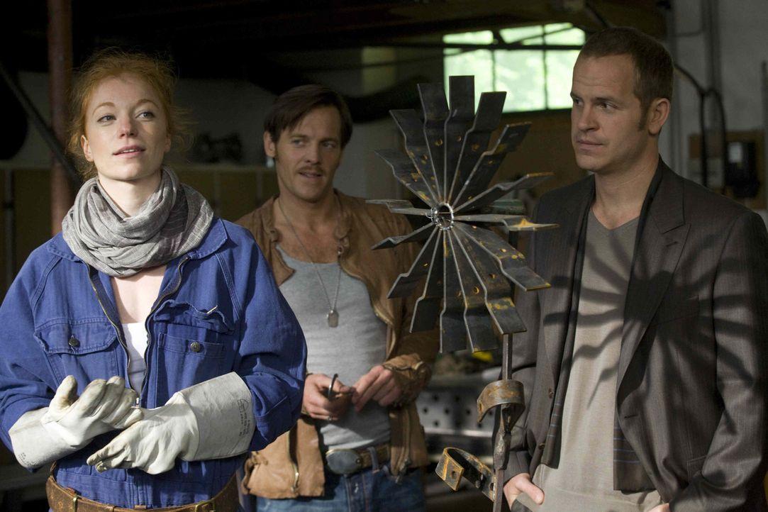 Nur zufällig erfahren Gerry (Johannes Zirner, M.) und Tristan (Marc Ben Puch, r.), dass die Künstlerin Elaine (Marleen Lohse, l.) nicht nur beste... - Bildquelle: Erika Hauri SAT. 1