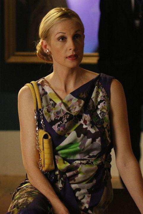 Lily (Kelly Rutherford) ist froh, dass Chuck zu der Feier zu Ehren seines Vaters gekommen ist, obwohl bei seinem Auftauchen lautes Getuschel aufkommt. - Bildquelle: Warner Brothers.