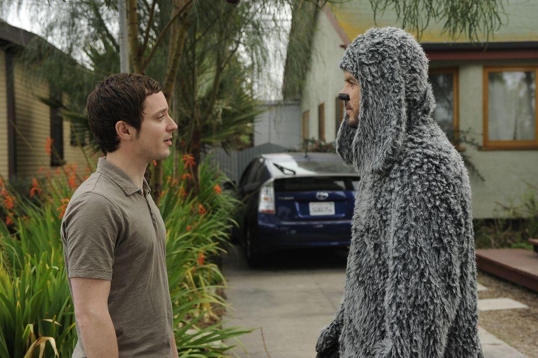 Ryan (Elijah Wood, l.) will dem Hund Wilfred (Jason Gann, r.) beweisen, dass er ihm ein guter Freund ist und möchte mit ihm an den Strand zum Baden... - Bildquelle: 2011 FX Networks, LLC. All rights reserved.