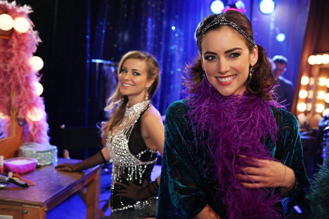 """Die Vorbereitungen für die große Neueröffnung des """"Offshore? ist in vollem Gange: Vesta (Carmen Electra, l.) und Silver (Jessica Stroup, r.) - Bildquelle: 2012 The CW Network. All Rights Reserved."""