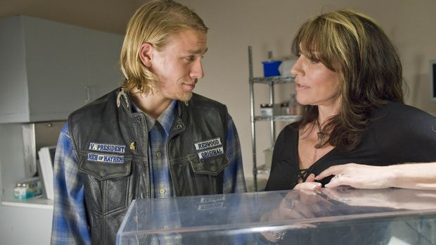 Sons of Anarchy - Gemma (Katey Sagal, r.) rät ihrem Sohn Jax (Charlie Hunnam,...