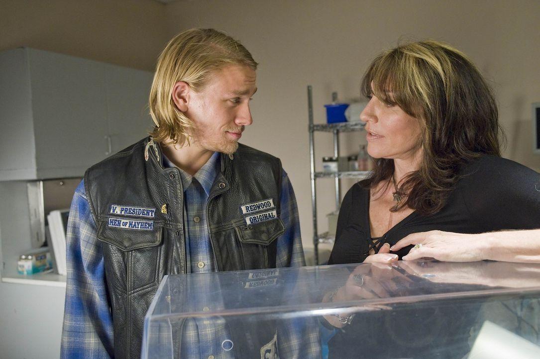 Gemma (Katey Sagal, r.) rät ihrem Sohn Jax (Charlie Hunnam, l.), sich gut zu überlegen, ob er sich wieder auf Tara einlässt und erinnert ihn dara... - Bildquelle: 2008 FX Networks, LLC. All rights reserved.