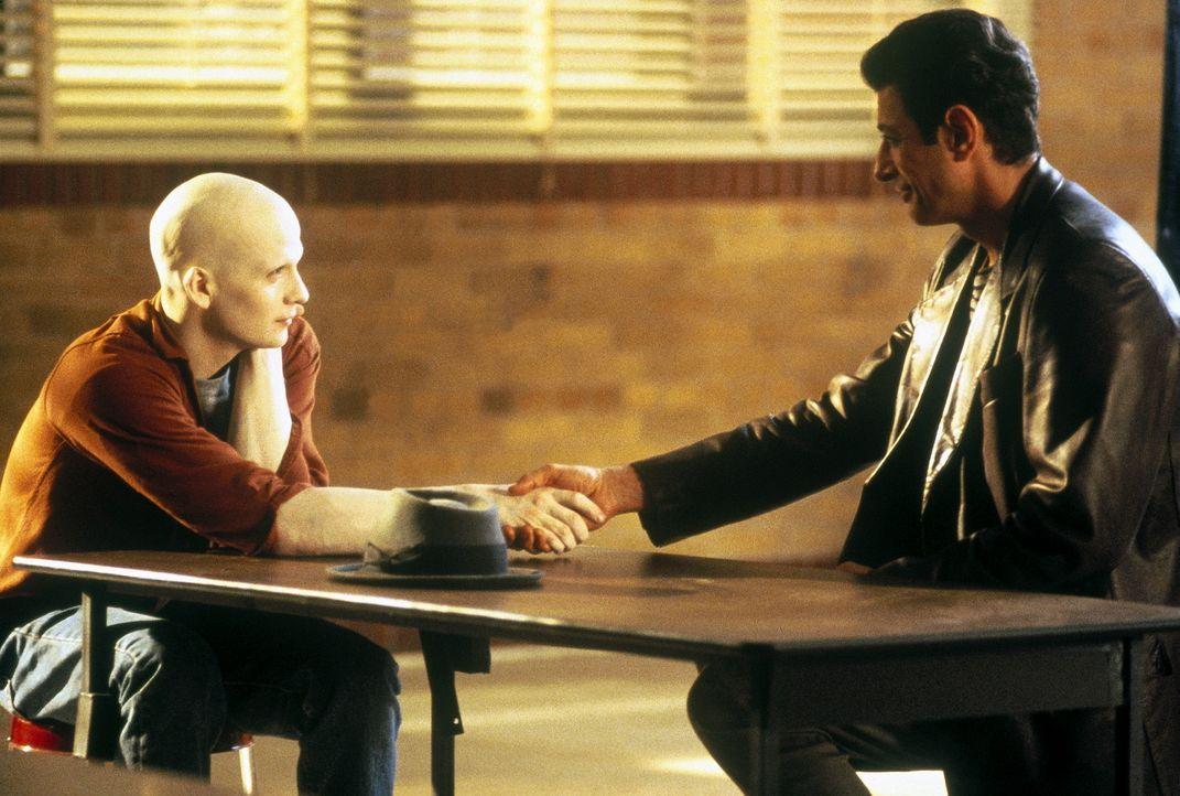 Nach und nach gelingt es Powder (Sean Patrick Flanery, l.), das Vertrauen seines Physiklehrers Donald Ripley (Jeff Goldblum, r.) zu gewinnen ... - Bildquelle: Buena Vista Pictures