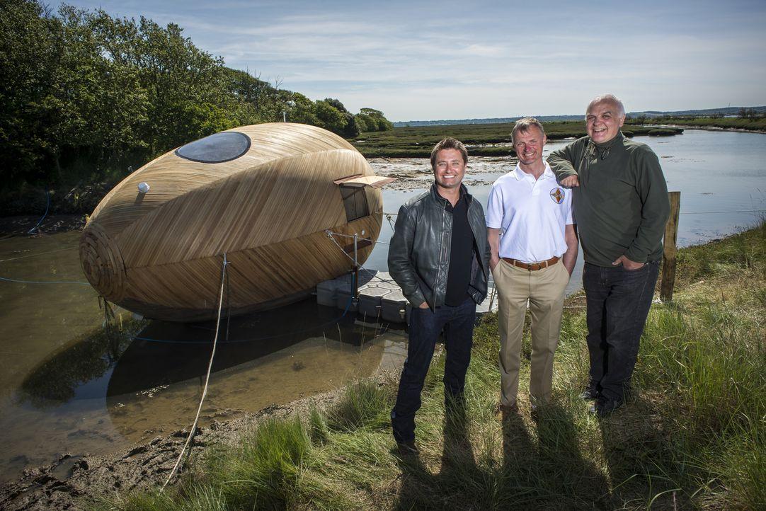 Archtitekt und Moderator George Clarke (l.) trifft Paul Baker (M.) und Stephen Turner (r.), die ein schwimmendes Holz-Ei in eine einzigartige Wohn-... - Bildquelle: Paul Carter/UNP 01274 412222/Channel Four Television