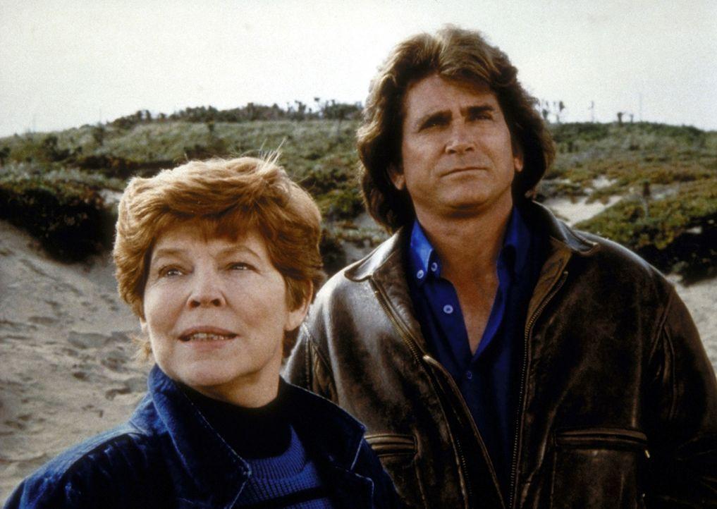 Jonathan (Michael Landon, r.) besucht Marge (Anne Jackson, l.). - Bildquelle: Worldvision Enterprises, Inc.