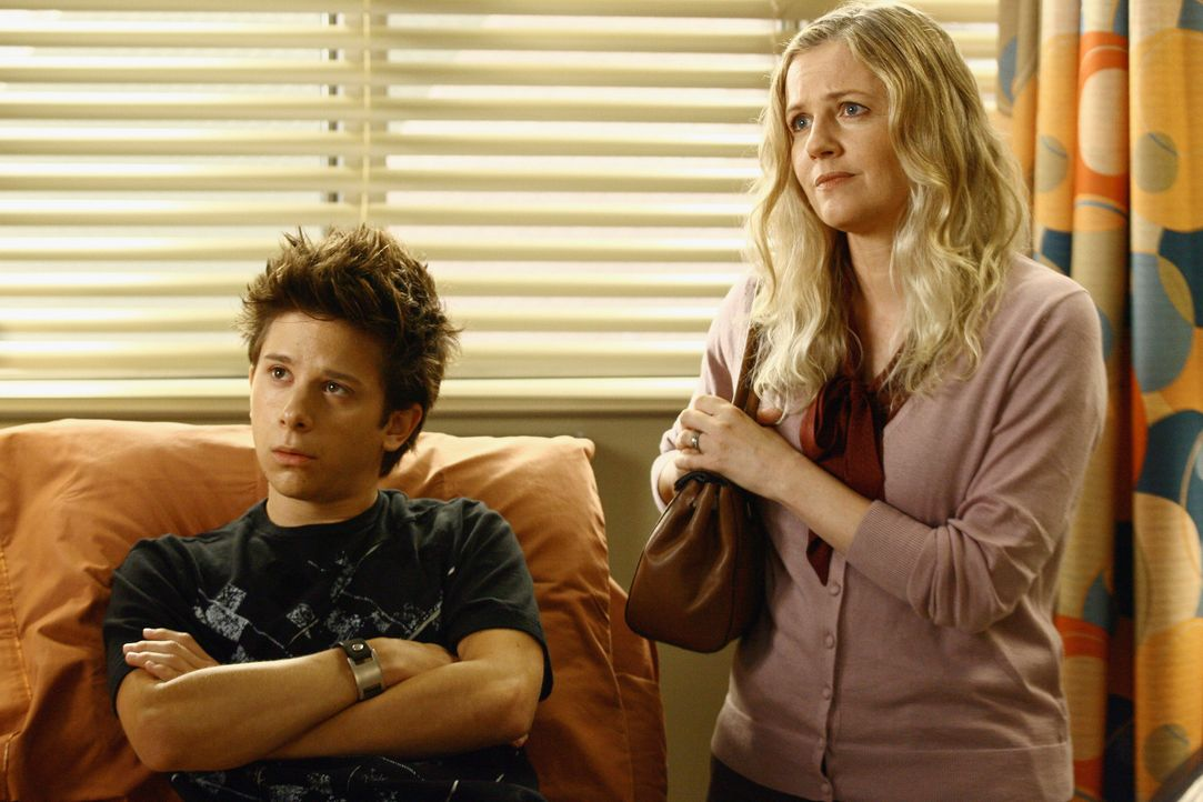 Mary Chapman (Eve Gordon, r.) kommt mit ihrem Sohn Hunter (Martin Spanjers, l.) ins Seattle Grace Hospital und bittet darum, Hunter zu untersuchen,... - Bildquelle: Touchstone Television