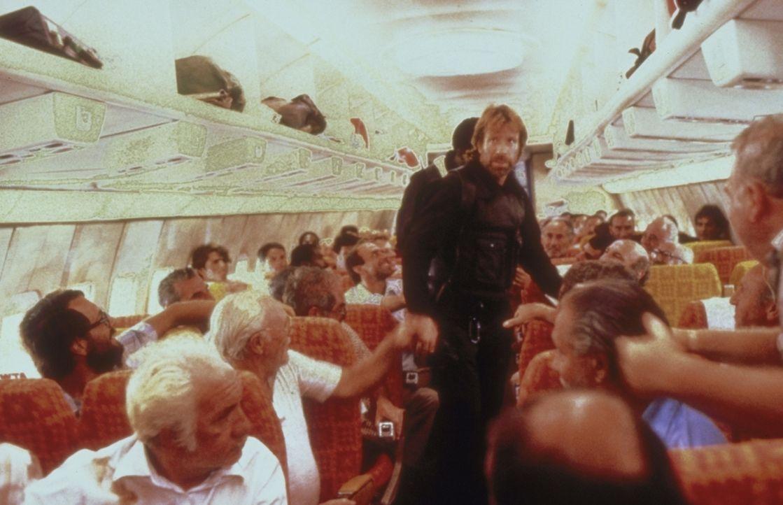 Endlich gelingt es Major Scott (Chuck Norris, M.) und seiner Elitetruppe Delta Force, in das gekaperte Flugzeug einzudringen. Doch wo sind die äußer...