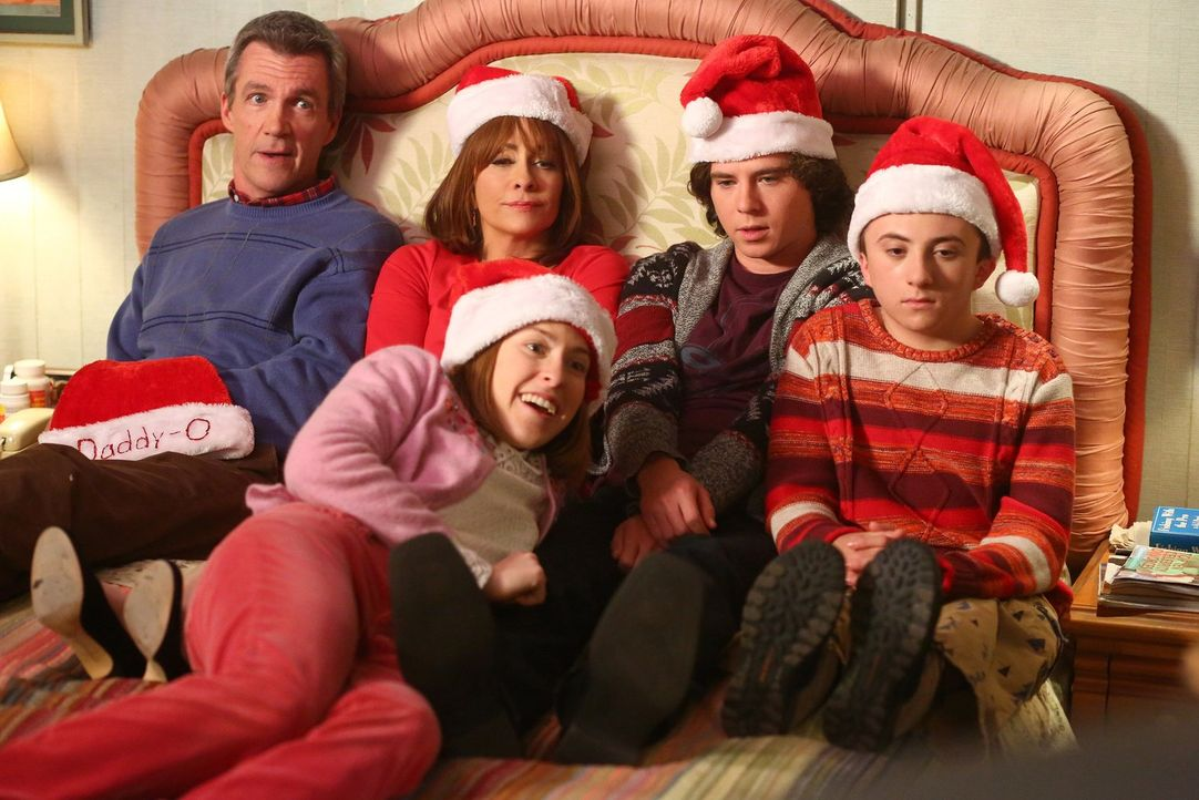 (v.l.n.r.) Mike (Neil Flynn); Frankie (Patricia Heaton); Sue (Eden Sher); Axl (Charlie McDermott); Brick (Atticus Shaffer) - Bildquelle: Warner Brothers