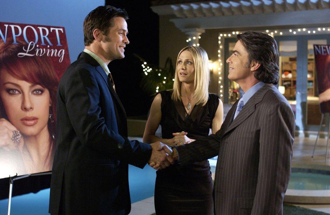 Sandy (Peter Gallagher, r.) trifft zum erstenmal auf Kirstens (Kelly Rowan, M.) neuen Kollegen Cater (Bill Campbell, l.) ... - Bildquelle: Warner Bros. Television