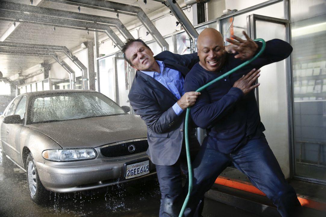 Bei einem Einsatz wird Sam (LL Cool J, vorne) von Frank Kouris (Alex Carter, hinten) angegriffen. Doch wird er sich befreien können? - Bildquelle: 2014 CBS Broadcasting, Inc. All Rights Reserved.