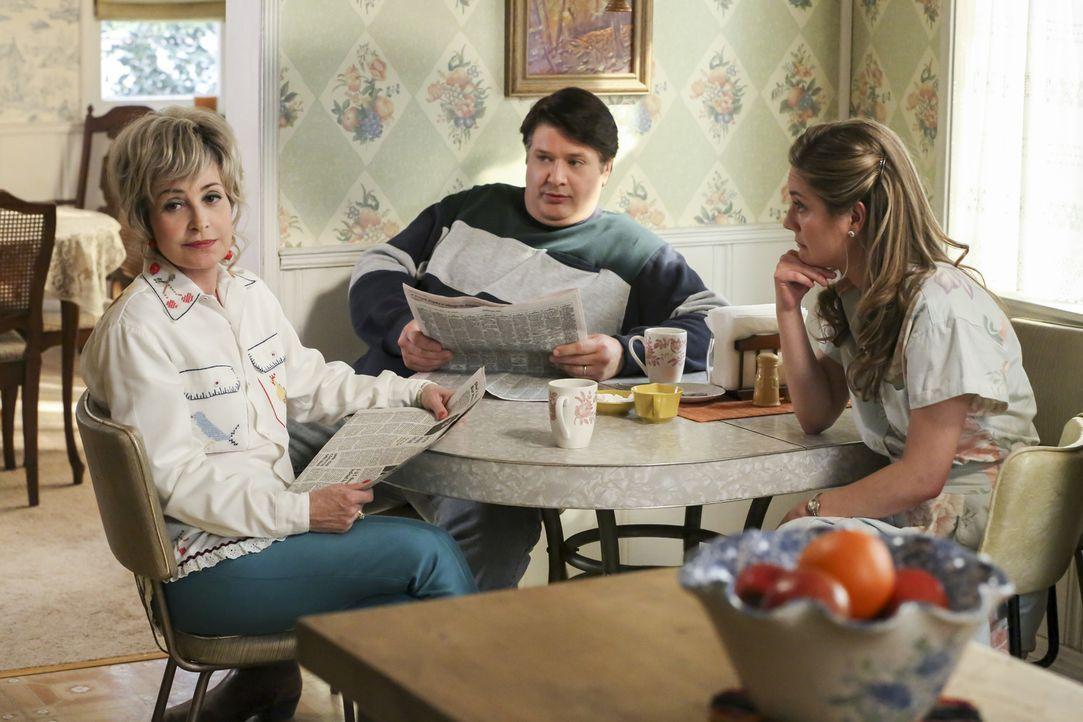 Während sich Meemaw (Annie Potts, l.) mit ihrer neuen Beziehung auseinandersetzt, wollen George Sr. (Lance Barber, M.) und Mary (Zoe Perry, r.) das... - Bildquelle: Warner Bros. Television