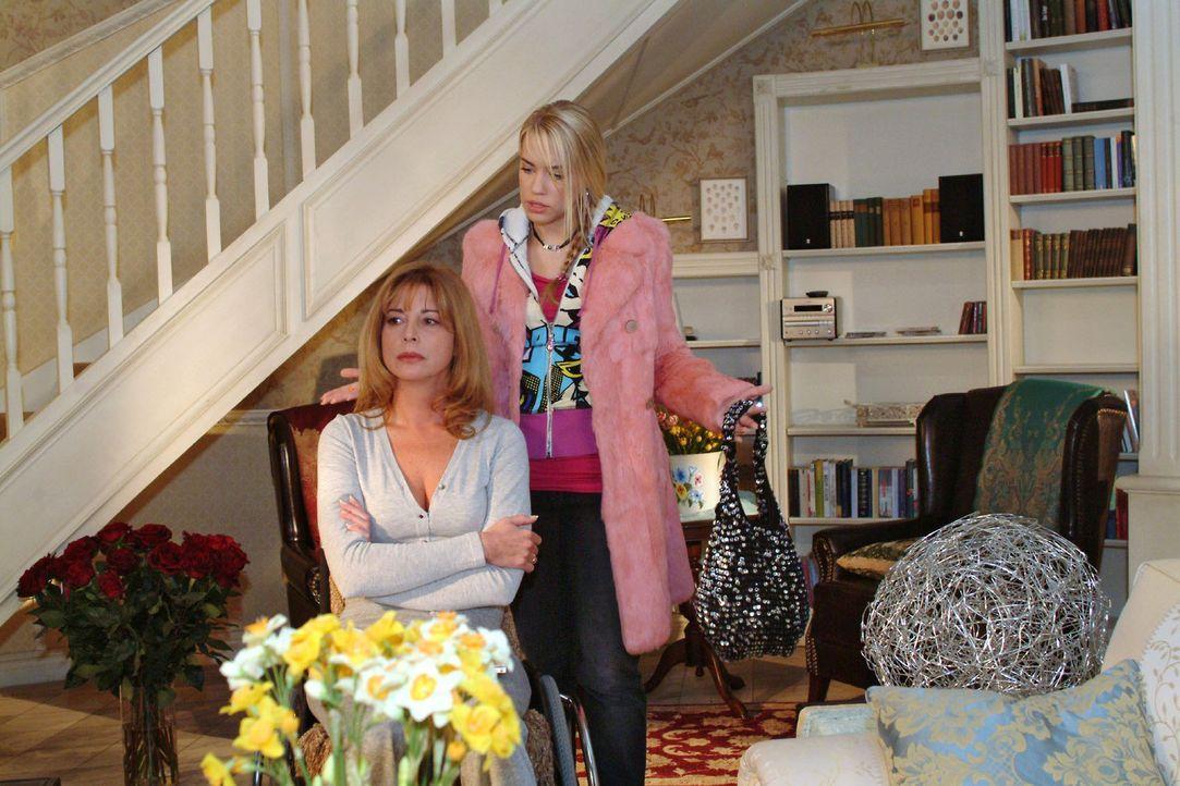 Als sich Kim (Lara-Isabelle Rentinck, r.) bemüht, einen Schritt auf Laura (Olivia Pascal, l.) zuzugehen, wird sie von ihrer Mutter brüskiert. - Bildquelle: Monika Schürle Sat.1
