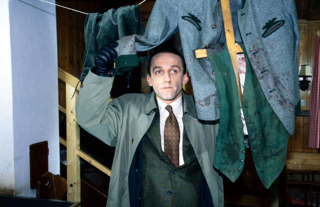Ernst Stockinger (Karl Markovics) sieht sich in der Jagdhütte von Karl Zötsch um. Dort findet er schon bald das blutbefleckte Gewand des Lederhosenm... - Bildquelle: Huber Sat.1
