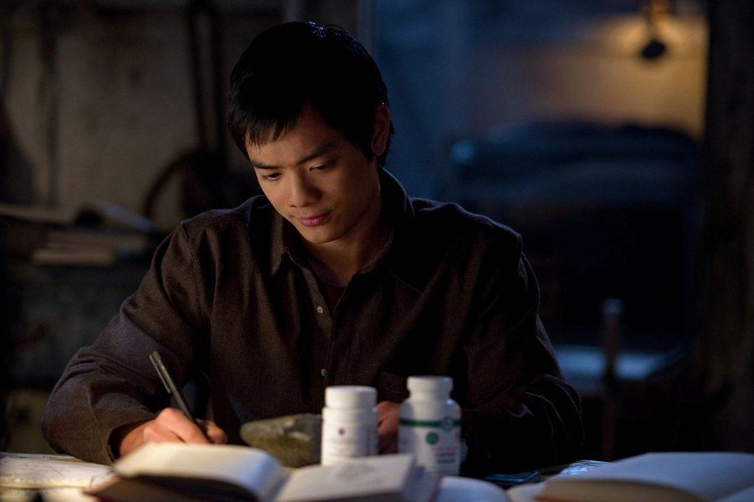 Kevin (Osric Chau) macht gute Fortschritte beim Entziffern der Tafel, doch was er dort liest, sorgt nicht nur für Freude ... - Bildquelle: Warner Bros. Television