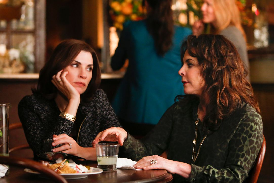 Alicia (Julianna Margulies, l.) bekommt unerwartete Hilfe von ihrer Mutter Veronica (Stockhard Channing, r.) ... - Bildquelle: Craig Blankenhorn 2013 CBS Broadcasting Inc. All Rights Reserved.