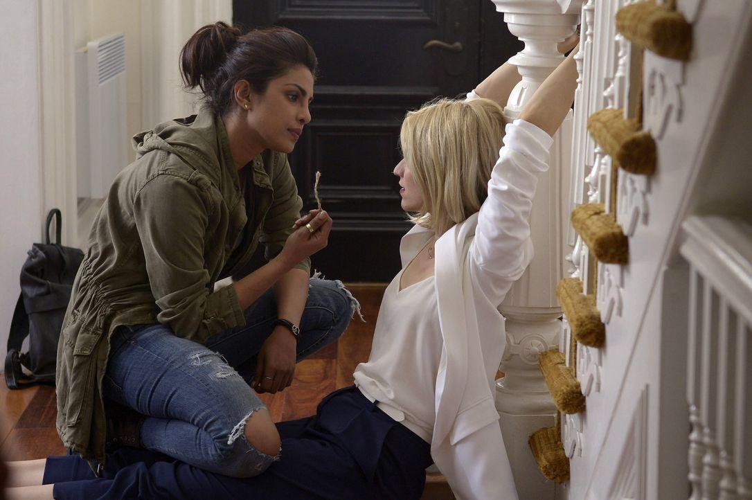 Alex (Priyanka Chopra, l.) ist weiter auf der Flucht. Doch ist Shelby (Johanna Braddy, r.) auf ihrer Seite oder gegen sie? - Bildquelle: 2015 ABC Studios