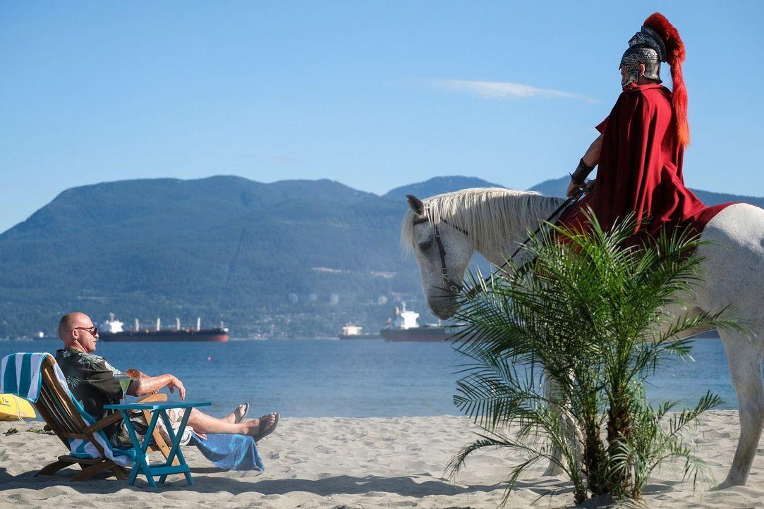 Als Rory (Dominic Purcell, l.) im Jahre 2017 auf Aruba eigentlichen seinen Ruhestand genießen will, steht plötzlich Julius Cäsar (Simon Merrells, r.... - Bildquelle: 2017 Warner Bros.