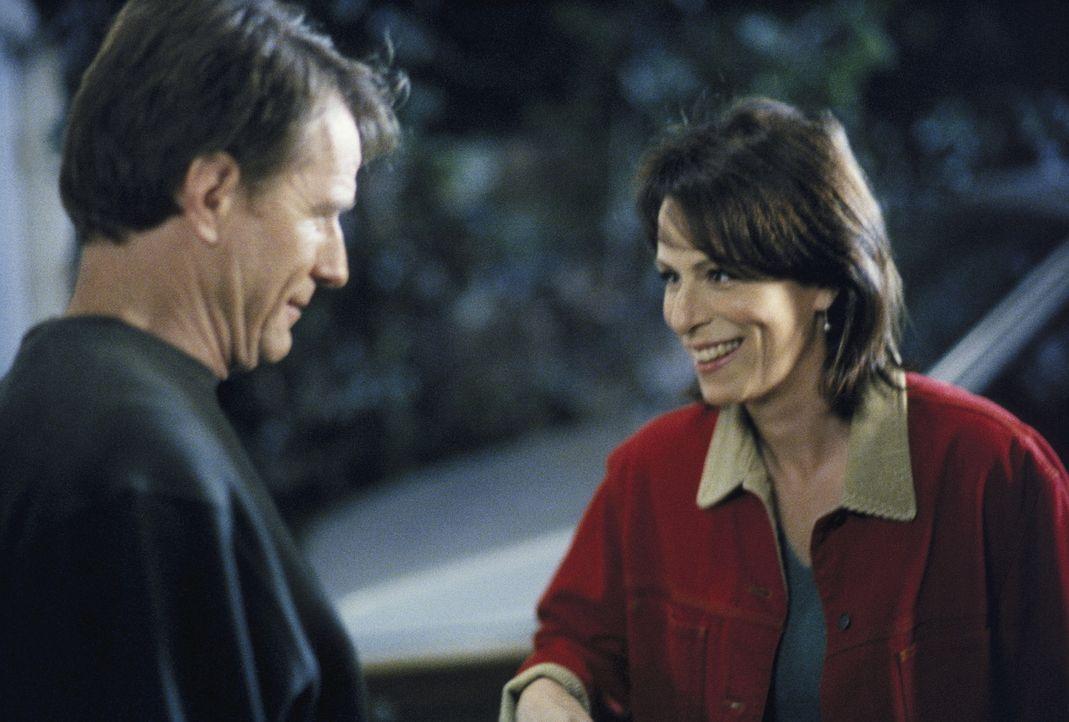 Hal (Bryan Cranston, l.) hat ein schönes Weihnachtsgeschenk für Lois (Jane Kaczmarek, r.). - Bildquelle: TM +   Twentieth Century Fox Film Corporation. All Rights Reserved.