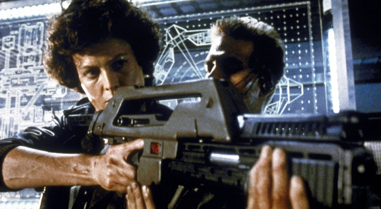 Ripley (Sigourney Weaver, l.) lässt sich von Corporal Hicks (Michael Biehn, r.) zeigen, wie man mit der Spezialwaffe umgeht... - Bildquelle: 1986 Twentieth Century Fox Film Corporation. All rights reserved.