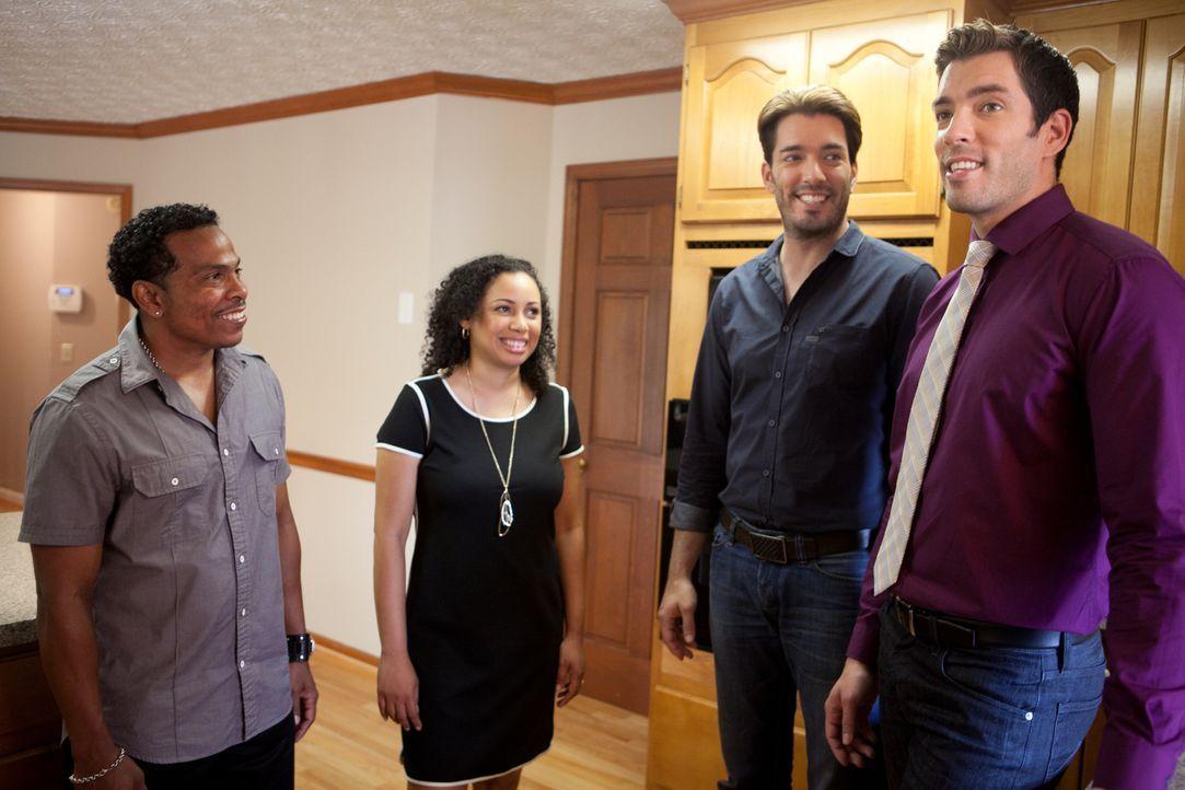 Drew (r.) hat einige Häuser für Dave (l.) und Maria (2.v.l.) herausgesucht, die ihren Vorstellungen entsprechen könnten. Doch nachdem sie erkannt ha... - Bildquelle: Jessica McGowan 2014, HGTV/Scripps Networks, LLC. All Rights Reserved