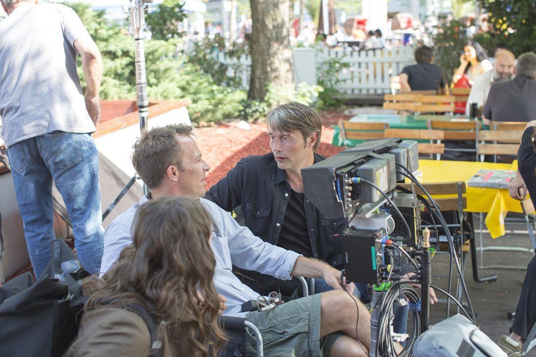 """Hauptdarsteller Mads Mikkelsen (r.)reiste für den Dreh von """"Move On"""" gemeinsam mit Regisseur Asger Leth (M.) 49 Tage lang samt der Film-Crew von de... - Bildquelle: Telekom"""