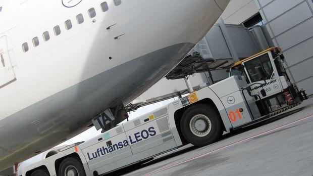 Der größte Flugzeugschlepper der Welt mit 11,5 Metern Länge und zwei 680 PS s...