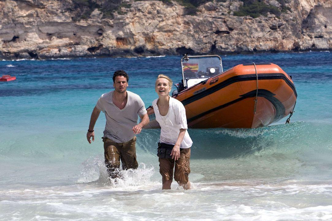 Ben (Stephan Luca, l.) und Karla (Janin Reinhardt, r.) machen sich auf zur Insel Cabrera, in der Hoffnung dort herauszufinden, wer hinter den Angrif... - Bildquelle: Olaf R. Benold Sat.1