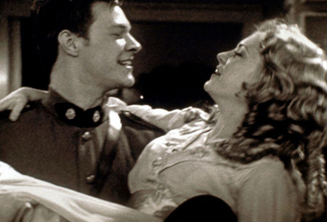 Sabrina (Melissa Joan Hart, r.) und Harvey (Nate Richert, l.) befinden sich in einem Stummfilm. Doch auch hier ist Harvey Sabrinas Geliebter und Ret... - Bildquelle: Paramount Pictures
