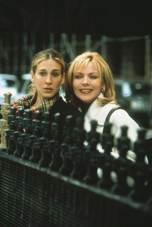 Am Zaun einer Kirchengemeinde zeigt Sam (Kim Cattrall, r.) ihrer Freundin Carrie (Sarah Jessica Parker, l.) ihre neueste Errungenschaft - aber nur a... - Bildquelle: Paramount Pictures