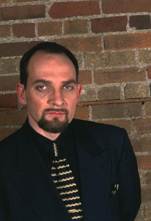 Hat der brutale Mafioso Ivan Dzasokhov (Zach Grenier) etwas mit dem Mord an Mikhail zu tun? - Bildquelle: Sony Pictures Television International. All Rights Reserved.