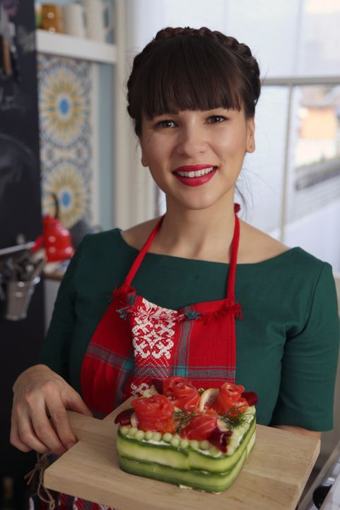 Zurück in der Heimat übt sich Rachel in der Zubereitung des Smörgåstårta, einem schwedischen Feiertagskuchen ... - Bildquelle: Richard Hall BBC 2014