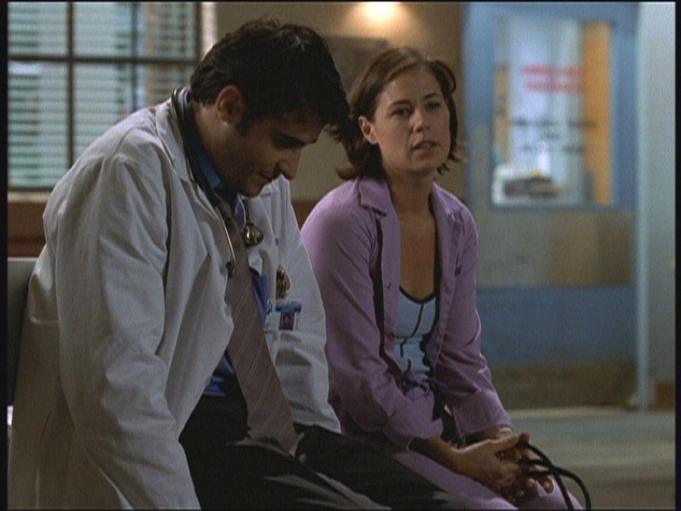 Abby (Maura Tierney, r.) fragt sich, ob es richtig war, als Schwester in der Notaufnahme anzufangen. Dr. Kovac (Goran Visnjic, l.) versucht, sie auf... - Bildquelle: TM+  2000 WARNER BROS.