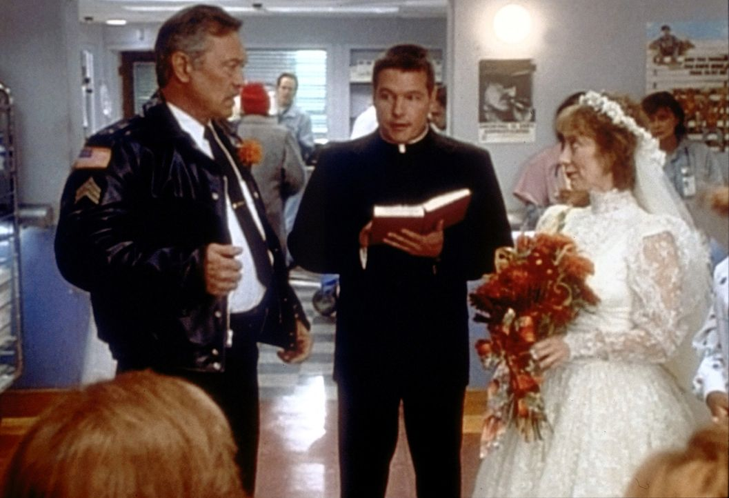 Endlich hat sich Grabarsky (Mike Genovese, l.) ein Herz gefasst und heiratet bei einer improvisierten Trauung im Krankenhaus seine Wright (Ellen Cra... - Bildquelle: TM+  2000 WARNER BROS.