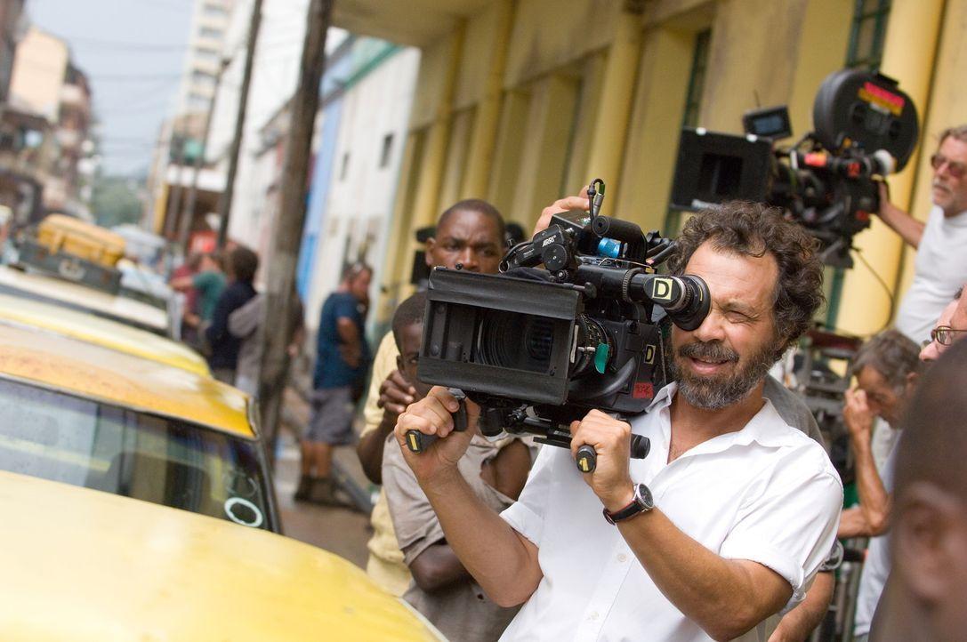 """Regisseur Edward Zwick  bei Dreharbeiten zu """"Blood Diamond ... - Bildquelle: Warner Bros."""