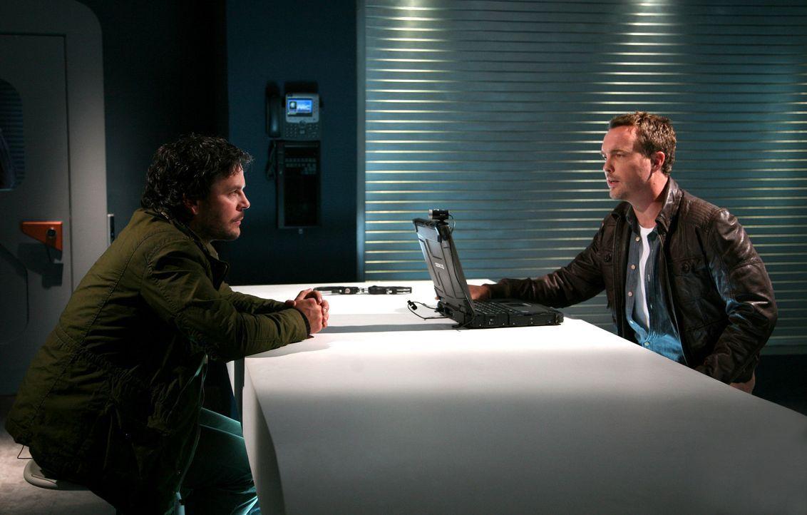 Bei einem Verhör im ARC muss Matt (Ciaran McMenamin, r.) erkennen, dass Ethan (Jonathan Byrne, l.) nicht der von ihm gesuchte Anomalie-Manipulator... - Bildquelle: ITV Plc