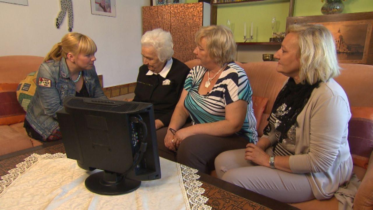 Die betagte Maria (2.v.l.) aus Österreich vermisst ihren Spross Michael (53). Zusammen mit ihren beiden Töchtern bittet sie Julia Leischik (l.) um... - Bildquelle: SAT.1