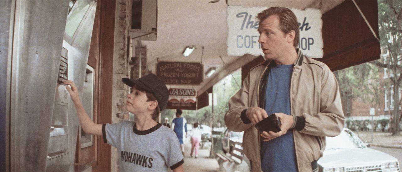 Andy Richardson (Michael McKean, r.) staunt nicht schlecht, als dessen Adoptivsohn Daryl (Barret Oliver, l.) mit einem Handgriff den Kontostand der... - Bildquelle: Paramount Pictures