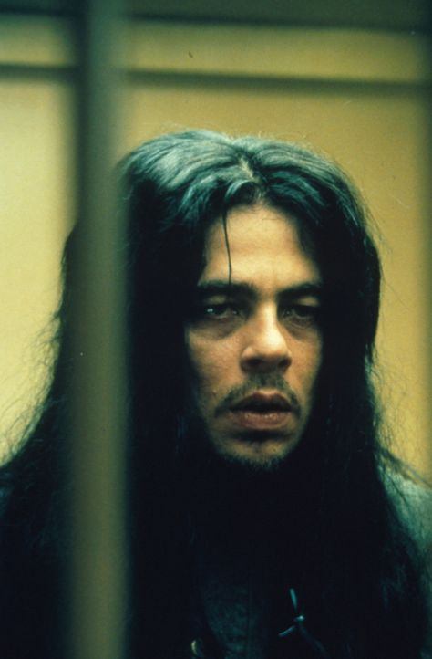 Ein Verdächtiger: der Indianer Toby Jay Wadenah (Benicio del Toro) wurde am Tatort gesehen und ist wegen Vergewaltigung einer Minderjährigen berei... - Bildquelle: Warner Bros.