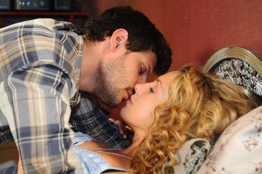 Nina (Maria Wedig, r.) schafft es, Luca (Manuel Cortez, l.) zu verführen, doc...