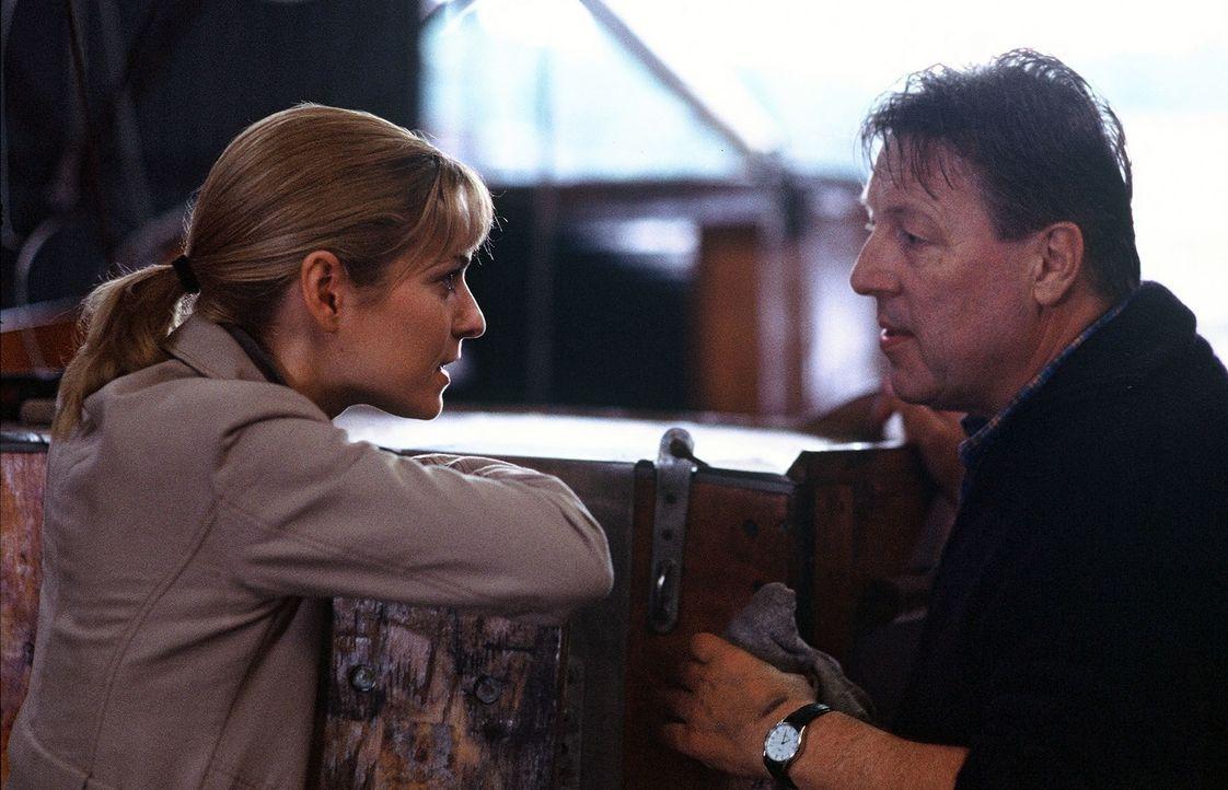 Susanna Beckert (Lisa Martinek, l.) versucht ihren Chef Fred Takovic (Hansjürgen Hürrig, r.) von ihrer Idee zu überzeugen. - Bildquelle: Wolfgang Wehner Sat.1