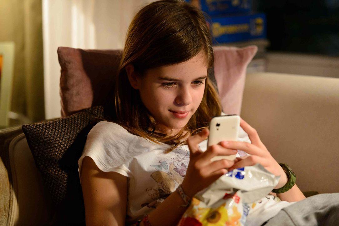 Nach der Trennung ihrer Eltern zieht sich die 12-Jährige Jessy (Jamie Bick) immer mehr in die Online-Welt zurück. Ihre neue Chat-Freundin Chrissy... - Bildquelle: Willi Weber SAT.1