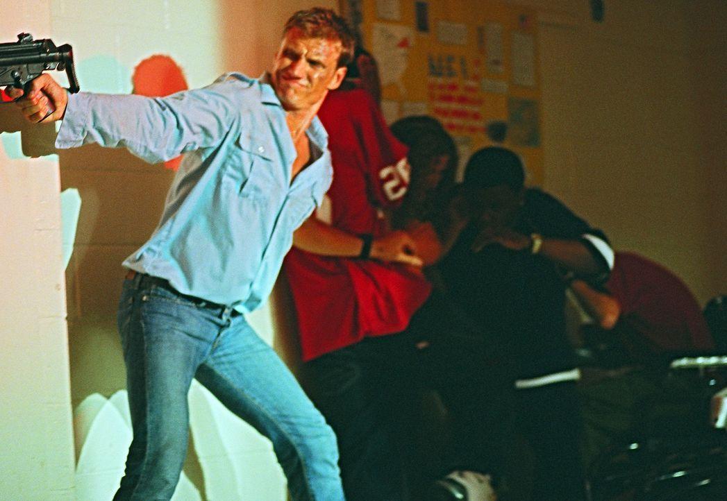 Die hemmungslosen Gangster staunen nicht schlecht, als sie feststellen, dass sich auch ein Lehrer (Dolph Lundgren) und seine Schüler im Gebäude au... - Bildquelle: Nu Image
